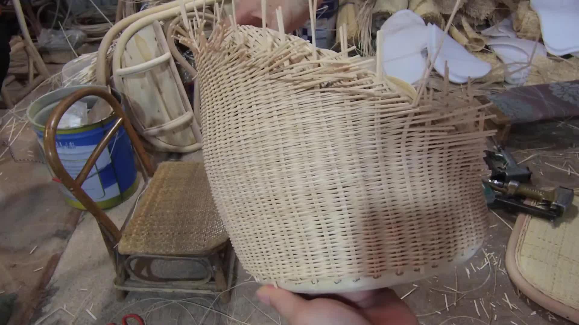 手工编织迷你藤编家具,编织出美观而实用的工艺品