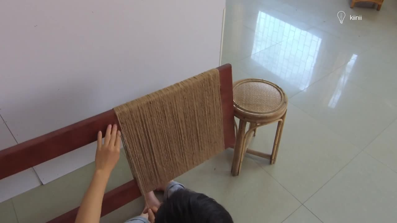 工匠制作麻绳编织木椅,成品很精致