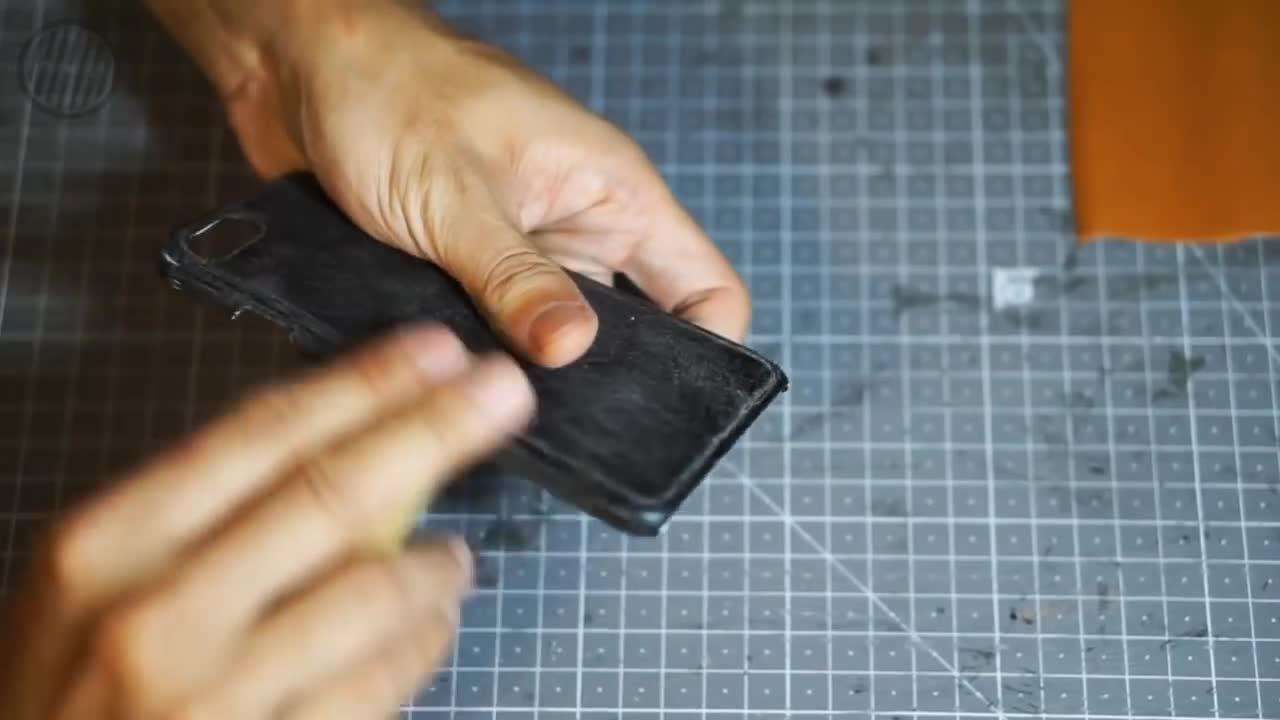 给手机换件衣服,用皮料包手机壳!